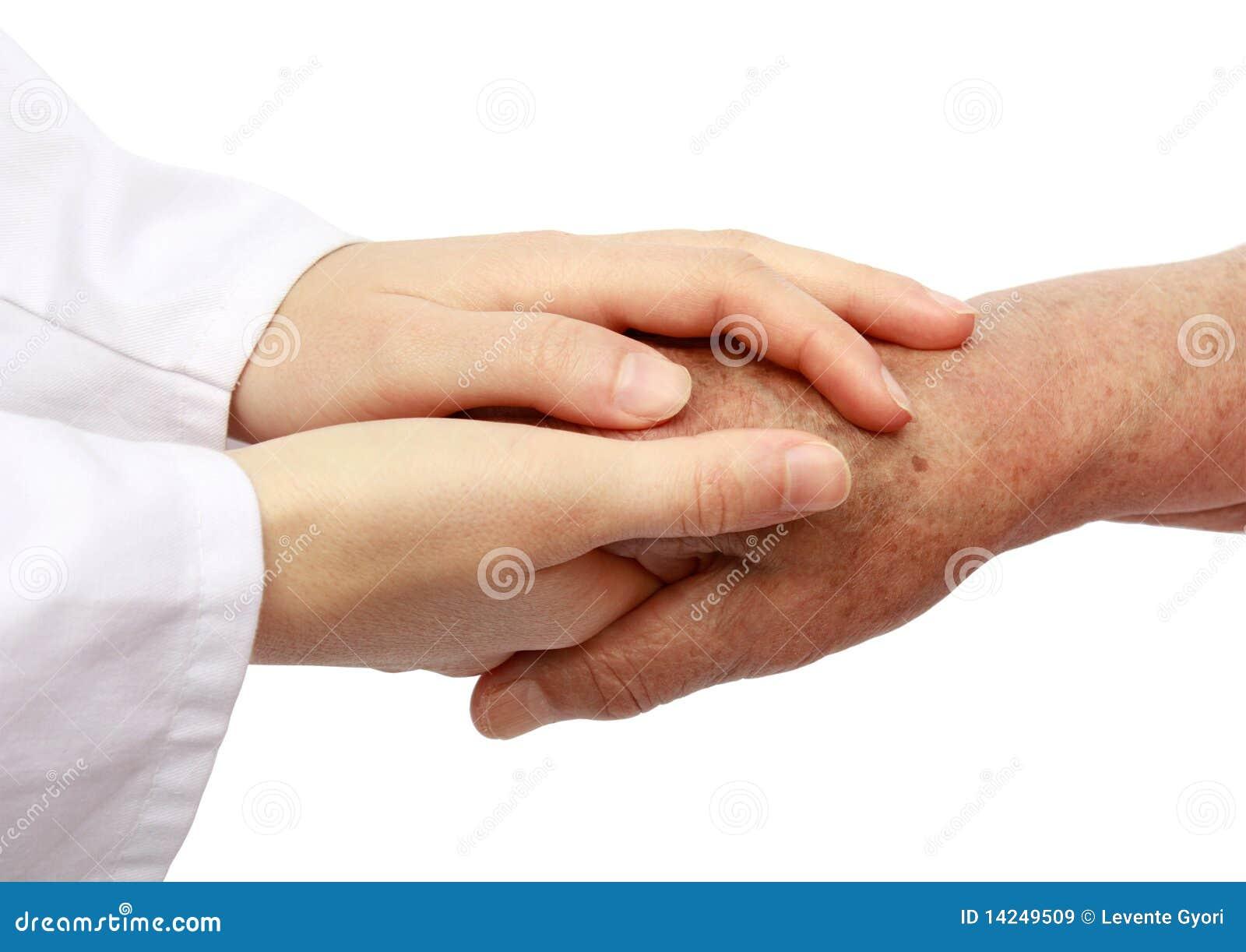 Verpleegster die oudste in het ziekenhuis helpt
