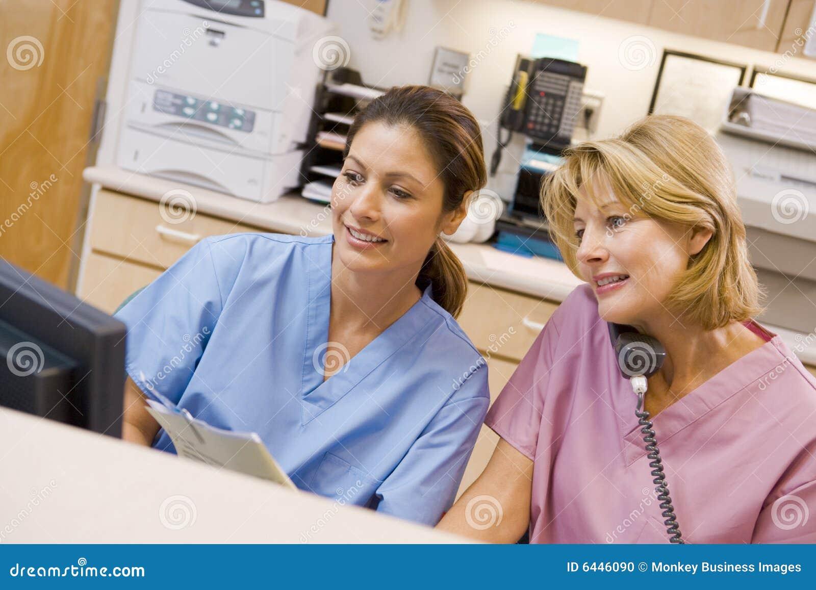 Verpleegsters bij het Gebied van de Ontvangst in het Ziekenhuis