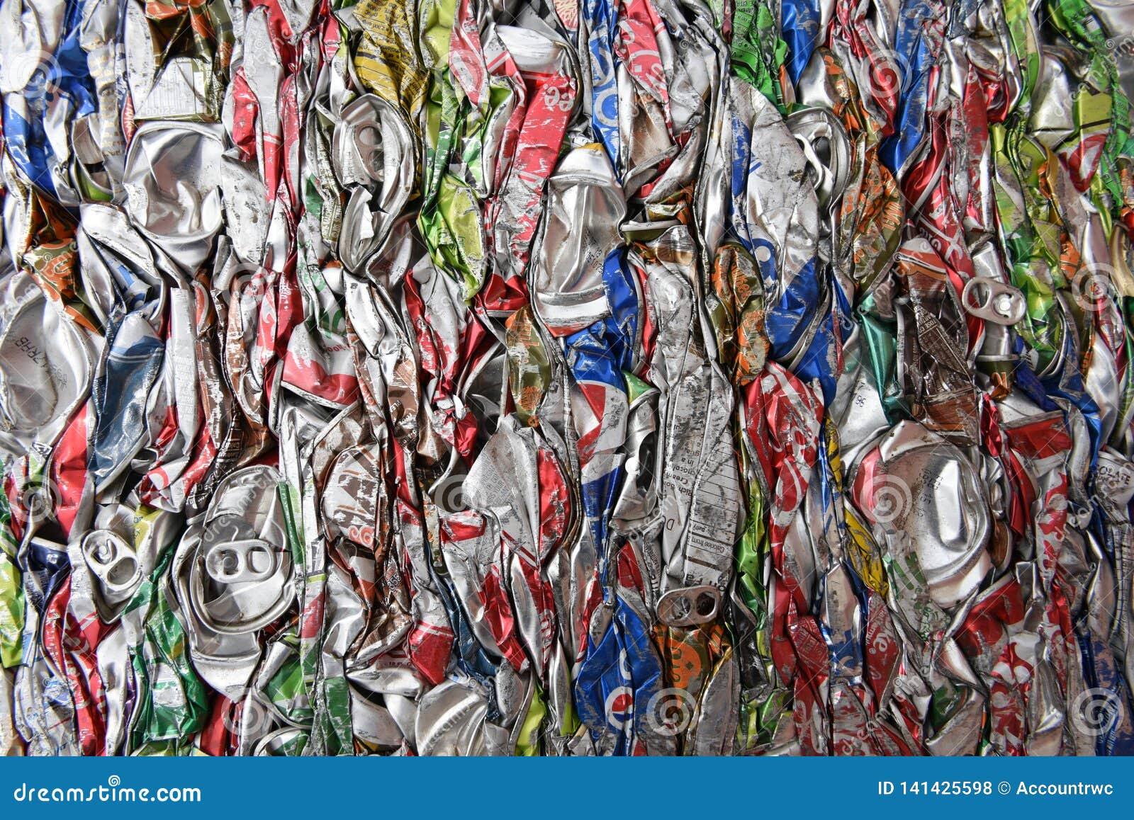 Verpletterd, samengeperst, brak, afgevlakte aluminiumsoda en bierblikken voor schroot recycling