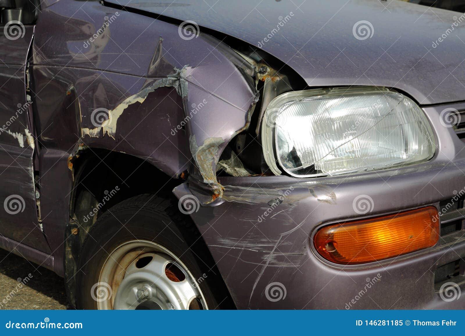Verpletterde auto op de straat