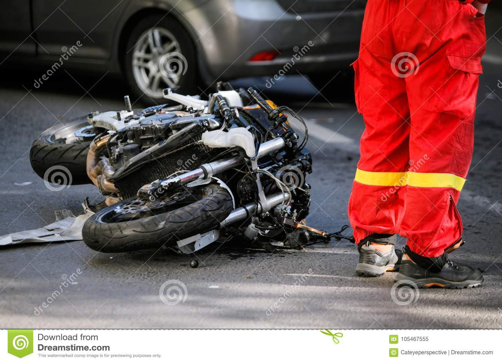 Verpletterde motorfiets na verkeersongeval met een auto