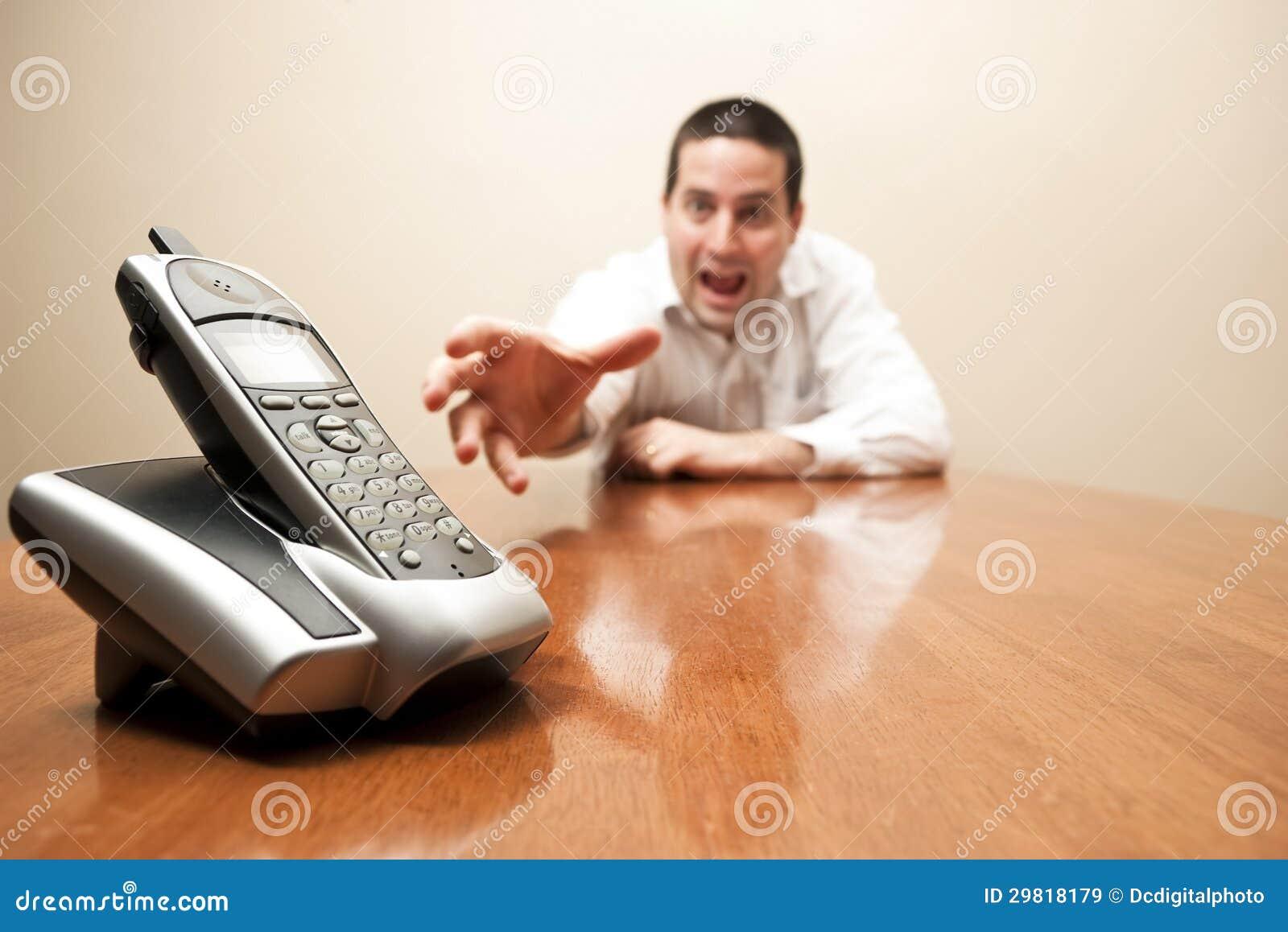 Verrückter Mann, der für das Telefon erreicht