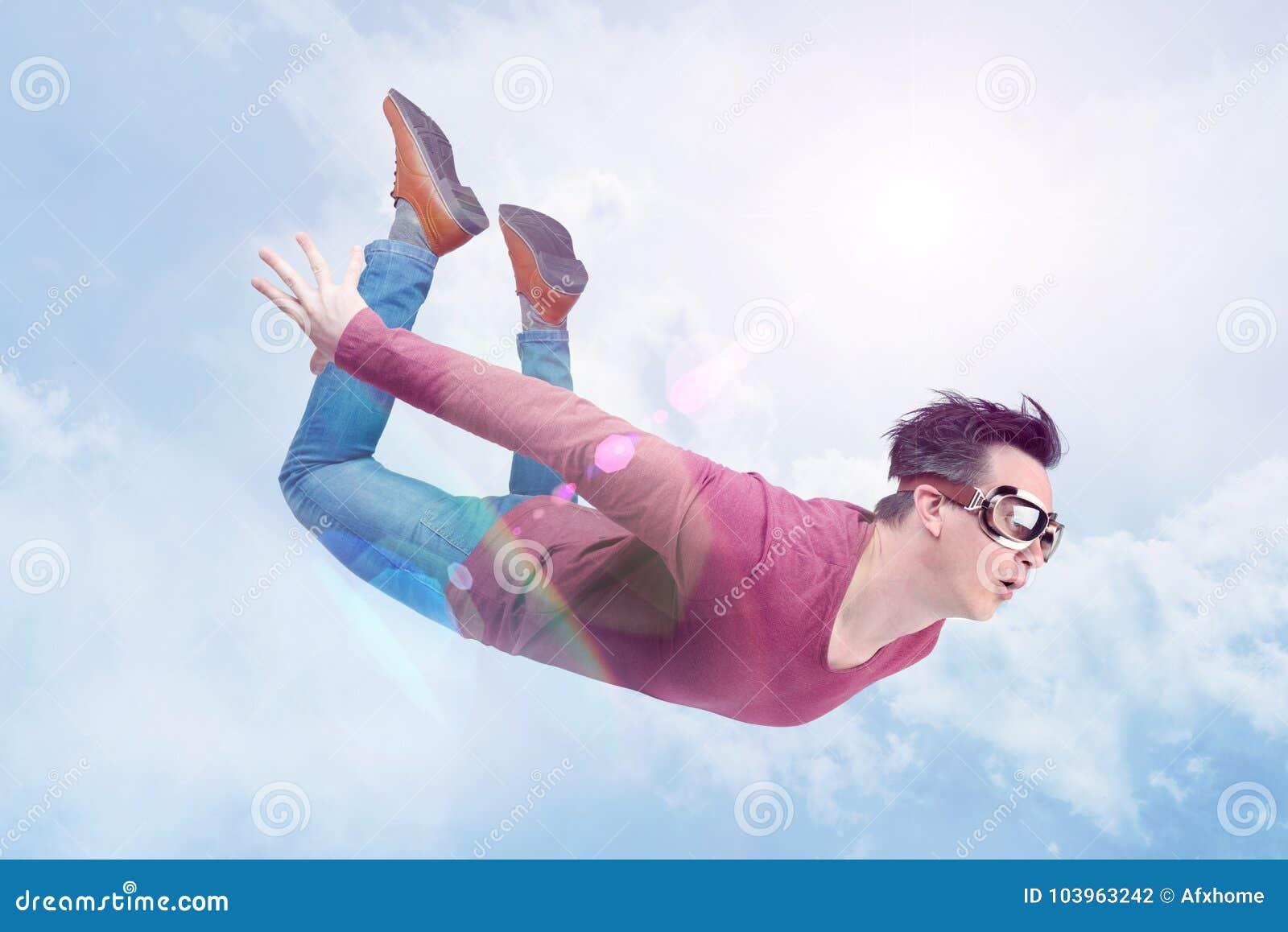 Verrückter Mann in den Schutzbrillen fliegt herein in den bewölkten Himmel Pulloverkonzept
