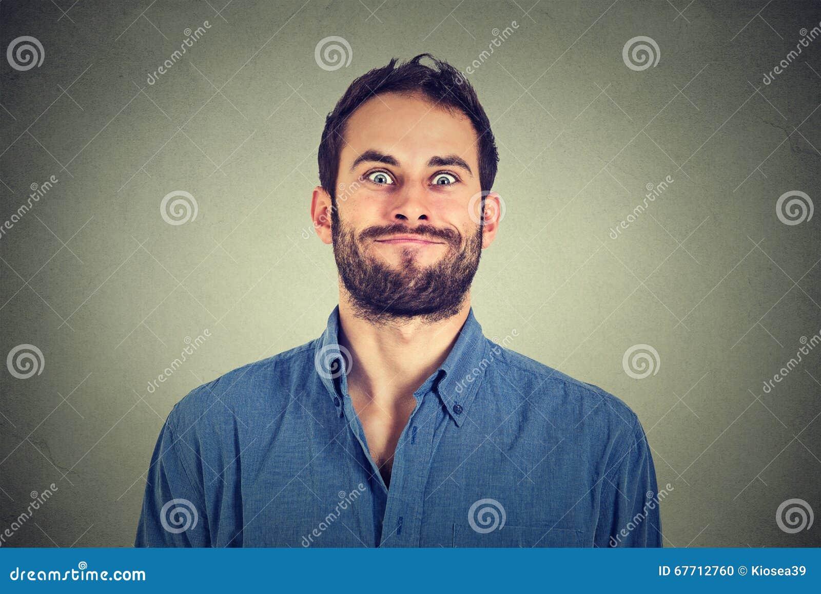 Verrückter schauender Mann, der lustige Gesichter macht