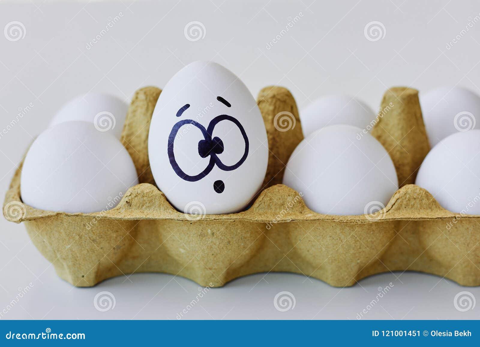 Verrast ei in een kartondoos