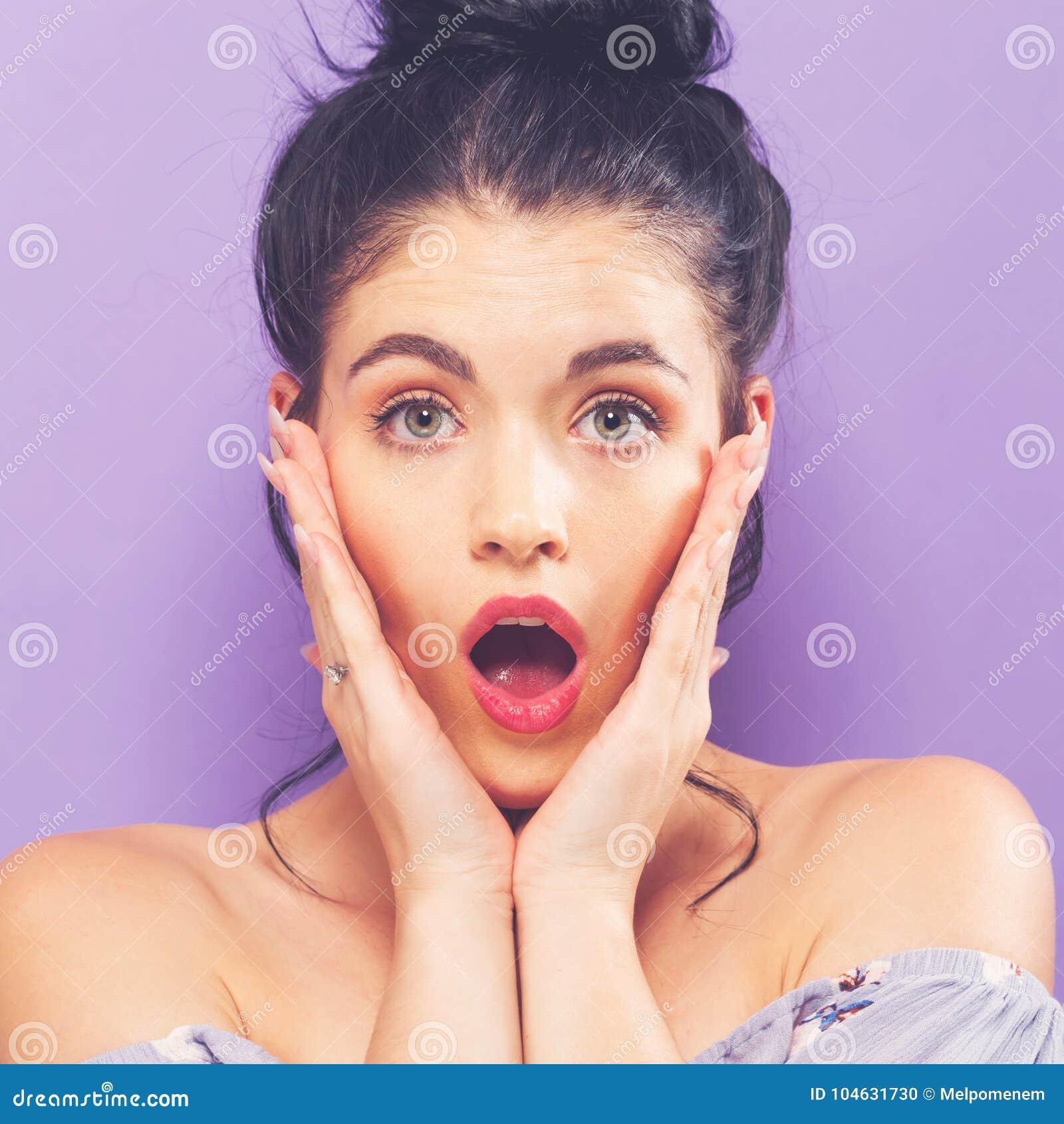 Download Verraste Jonge Vrouw Op Een Heldere Achtergrond Stock Foto - Afbeelding bestaande uit trillend, gezicht: 104631730