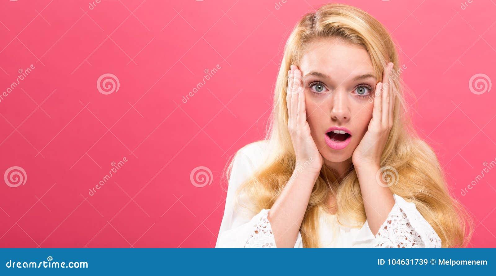 Download Verraste Jonge Vrouw Op Een Heldere Achtergrond Stock Afbeelding - Afbeelding bestaande uit wijfje, portret: 104631739