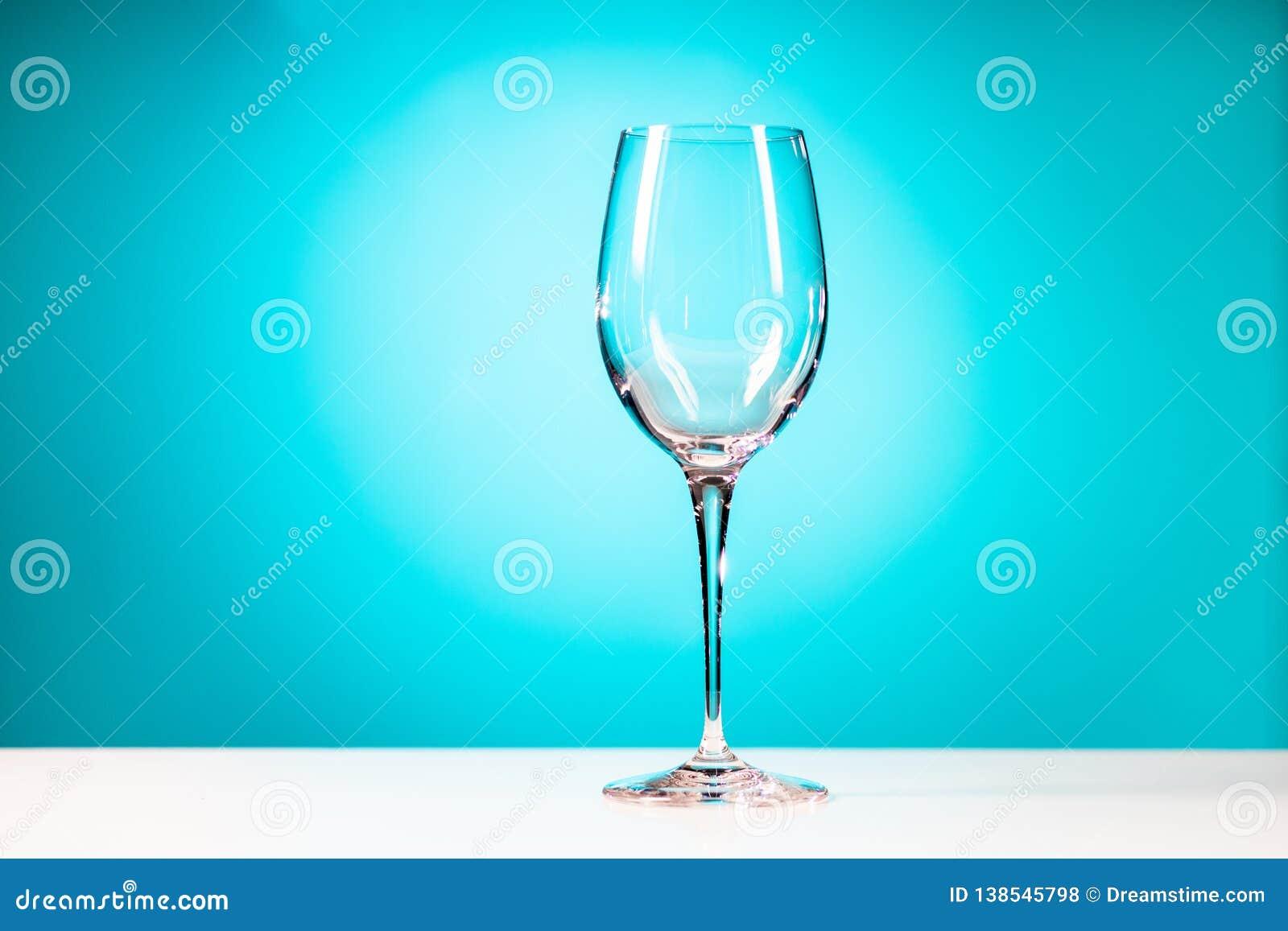Verre à boire clair d isolement sur le fond bleu cyan