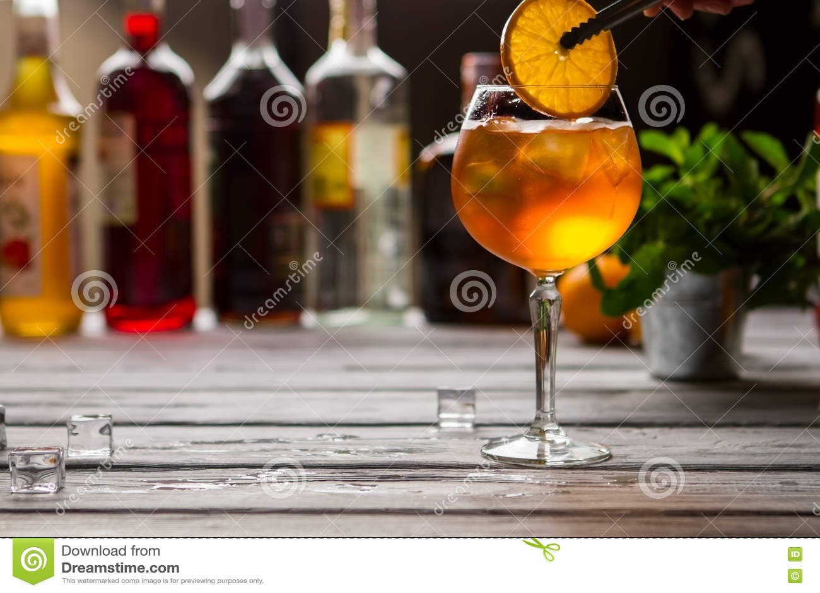 Verre à vin avec l orangeade