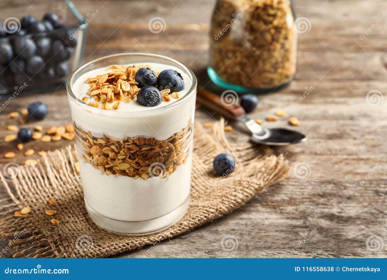 Verre avec du yaourt, les baies et la granola