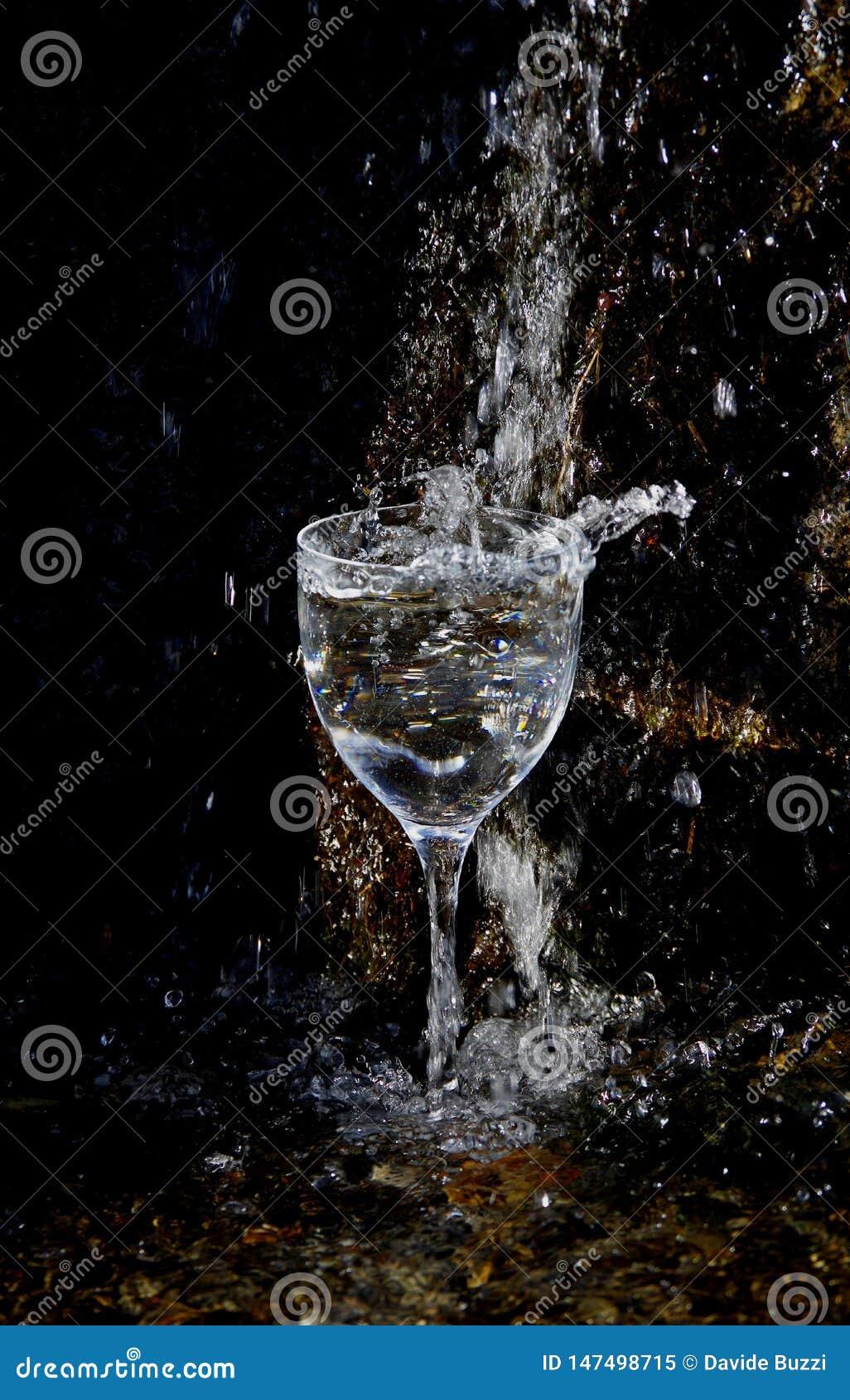 Verre cristal sous une cascade