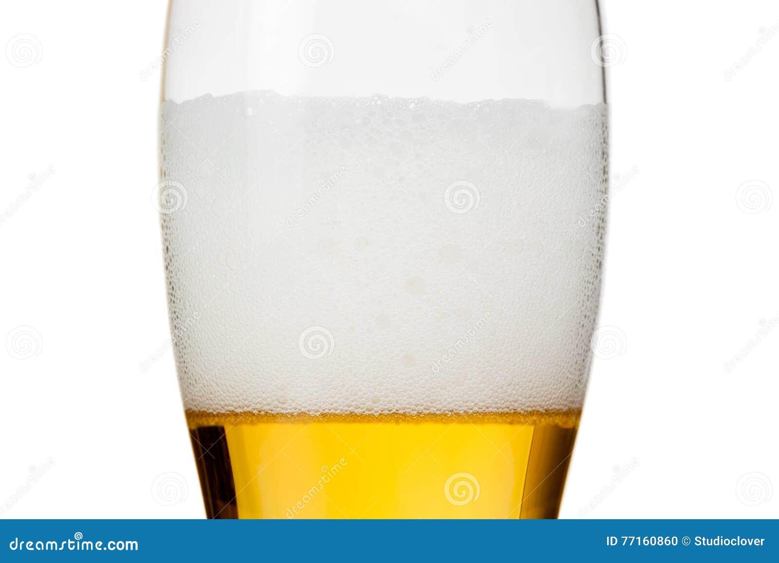 Verre de bière avec la mousse sur le blanc
