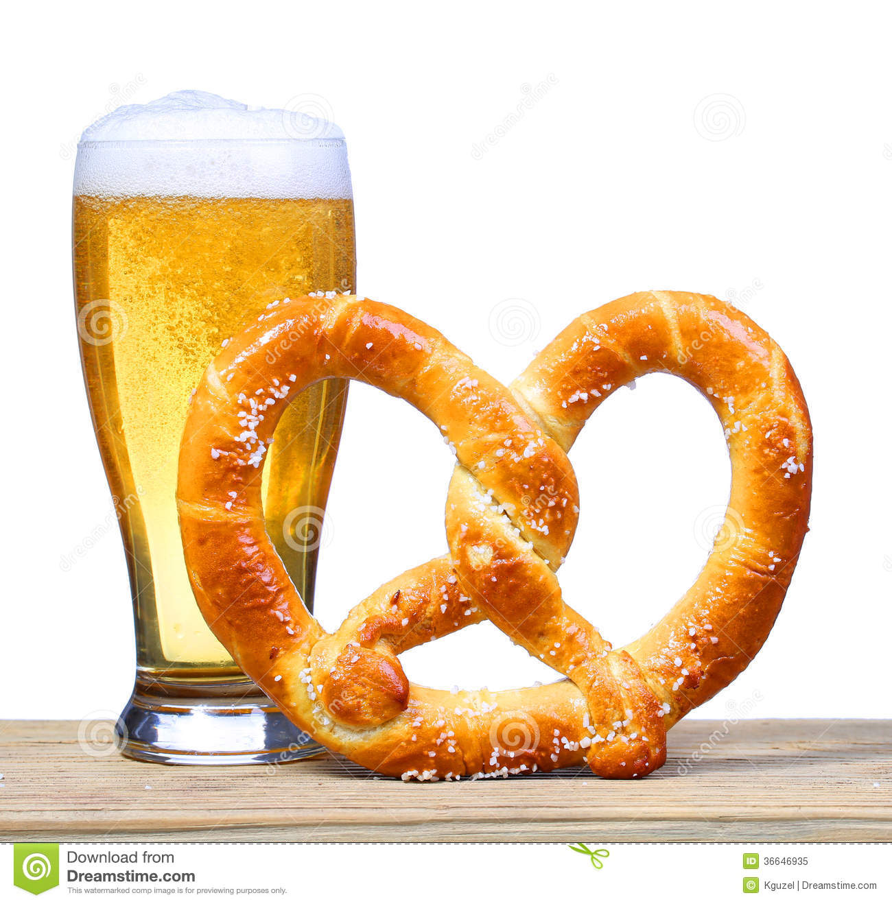 Verre de bi re avec le bretzel allemand sur la table en for A table en allemand