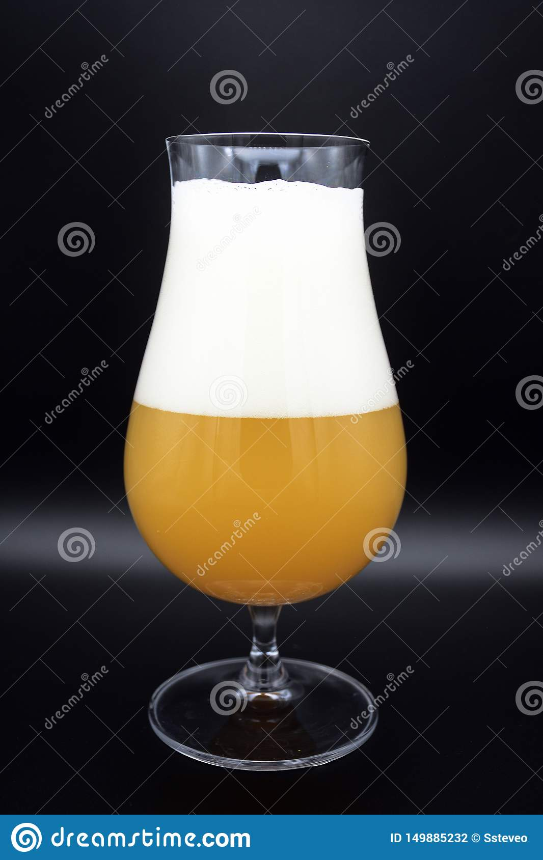 Verre de bière sur le fond noir, verre de bière