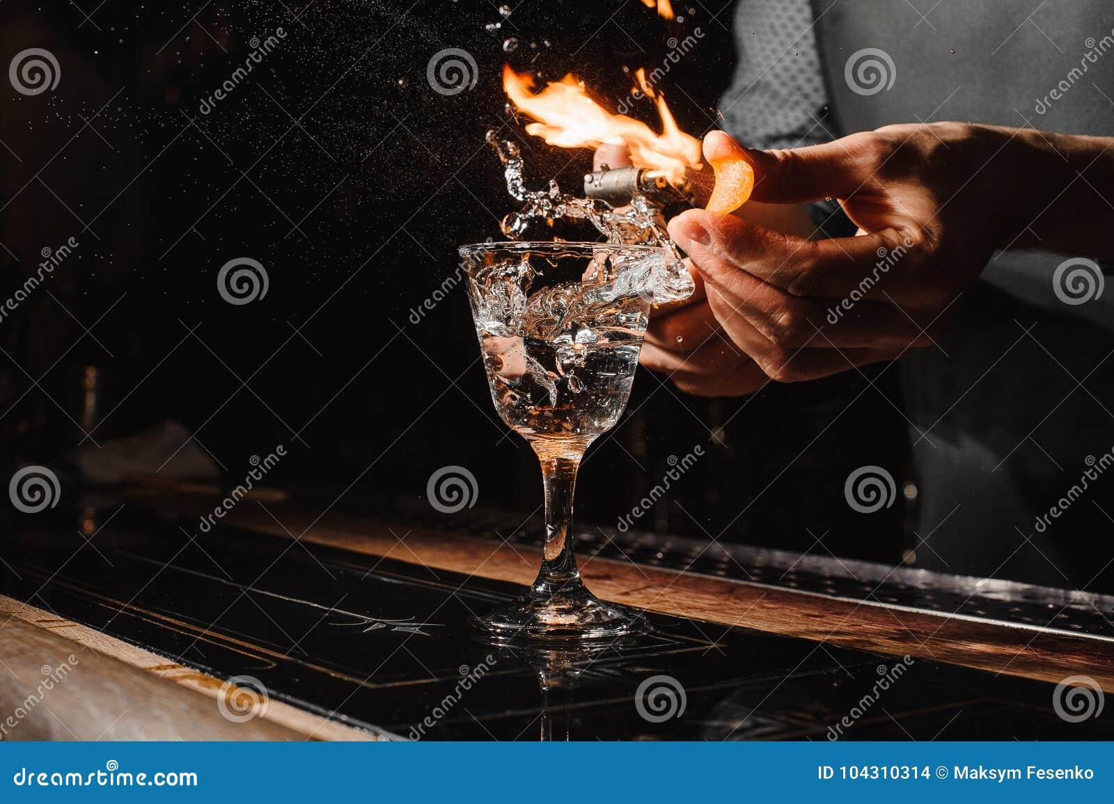 Verre de cocktail ardent sur le compteur de barre