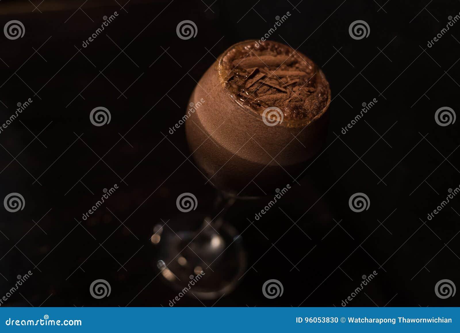 Verre de cocktail de chocolat ou de café dans l éclairage discret