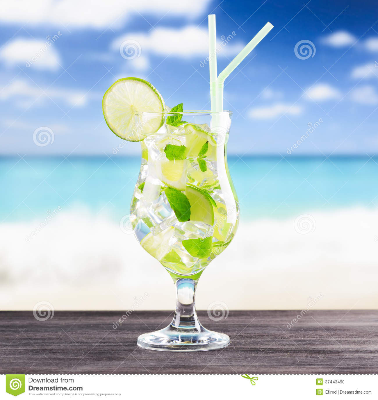 verre de cocktail de mojito sur une plage photo stock. Black Bedroom Furniture Sets. Home Design Ideas