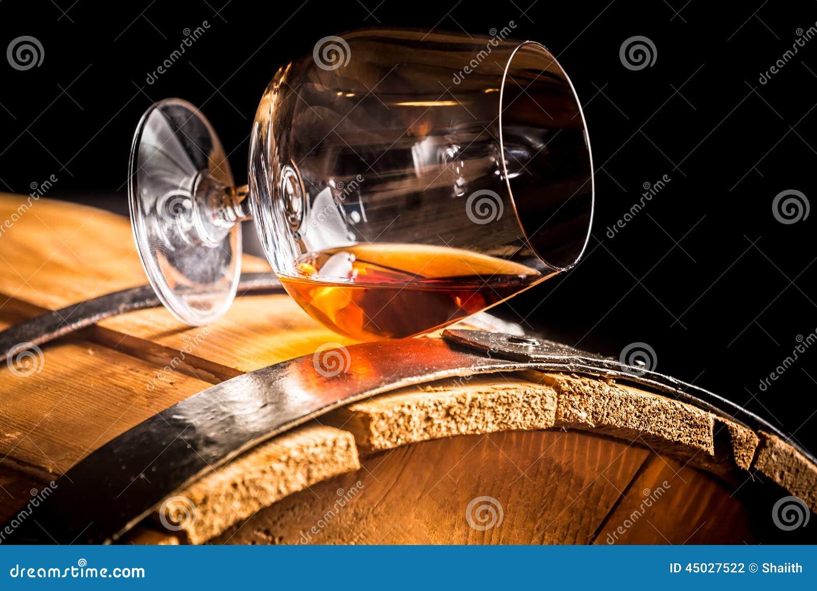 Verre de cognac sur le vieux baril en bois