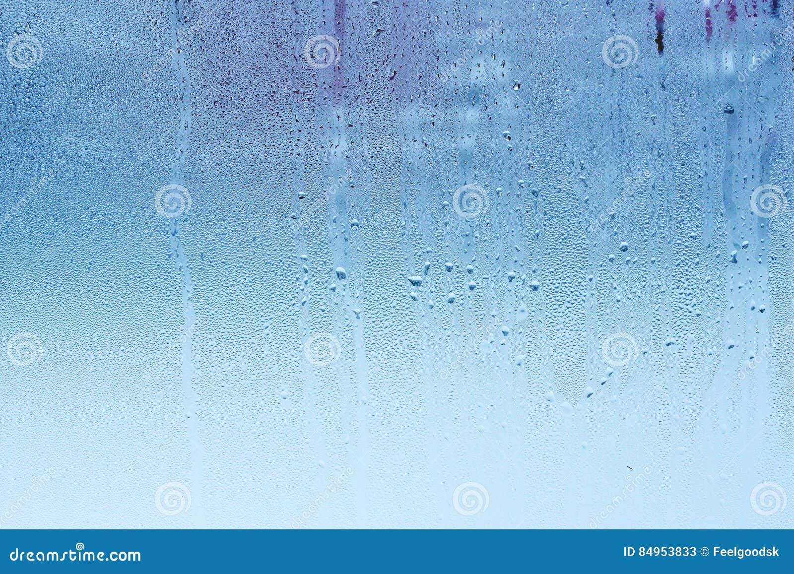 Verre de fenêtre avec la condensation, humidité élevé dans la chambre, grandes gouttelettes d eau, ton froid
