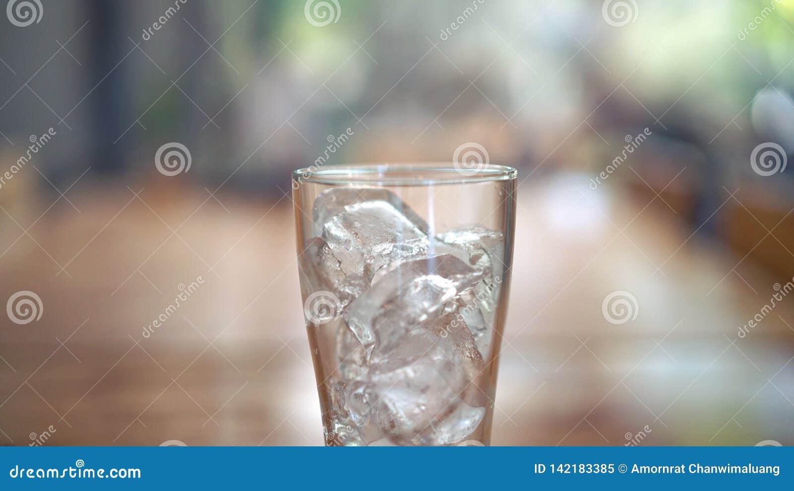 Verre de glace sur la table en bois