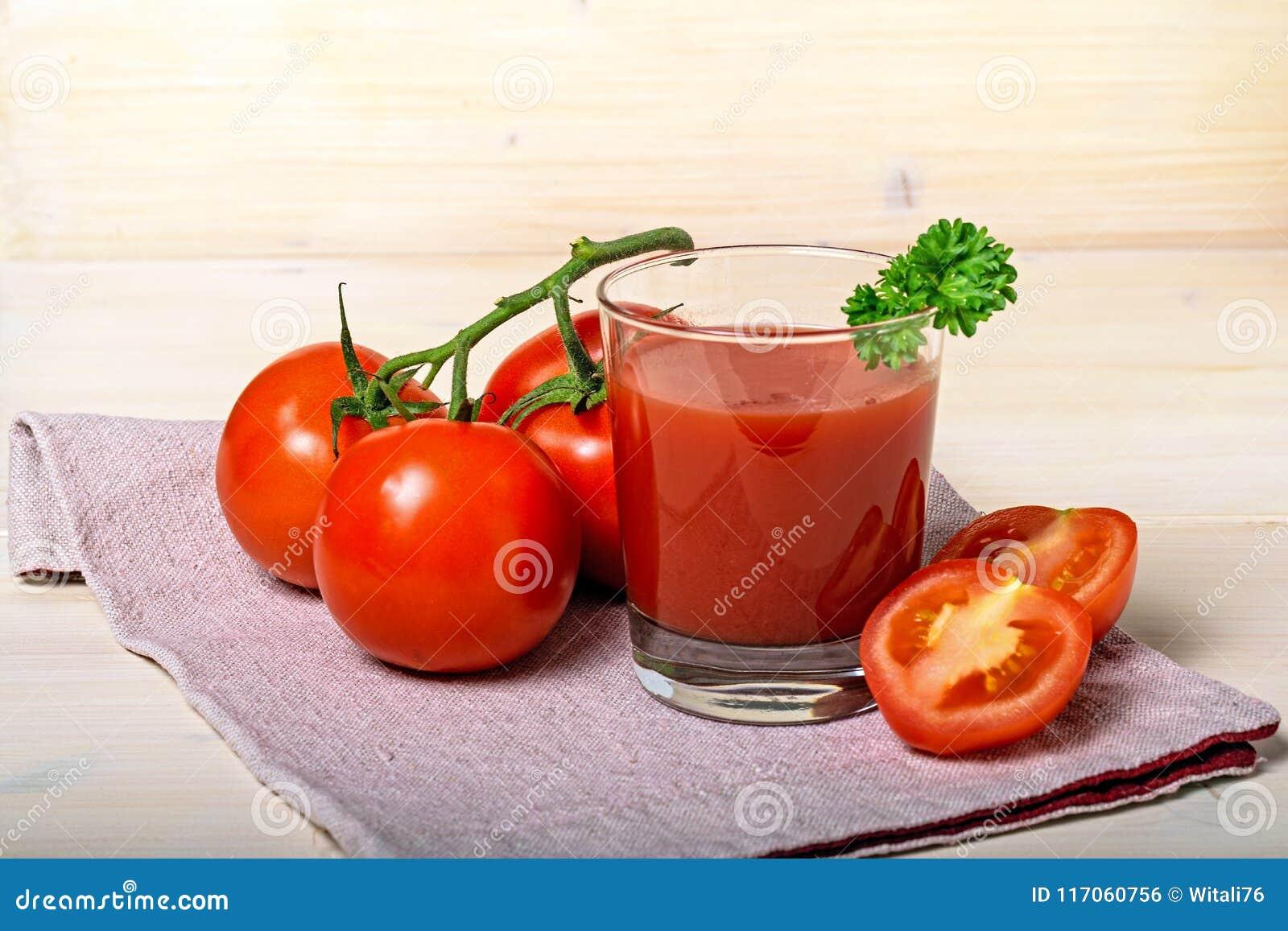 Verre de jus de tomates avec des tomates de Frash