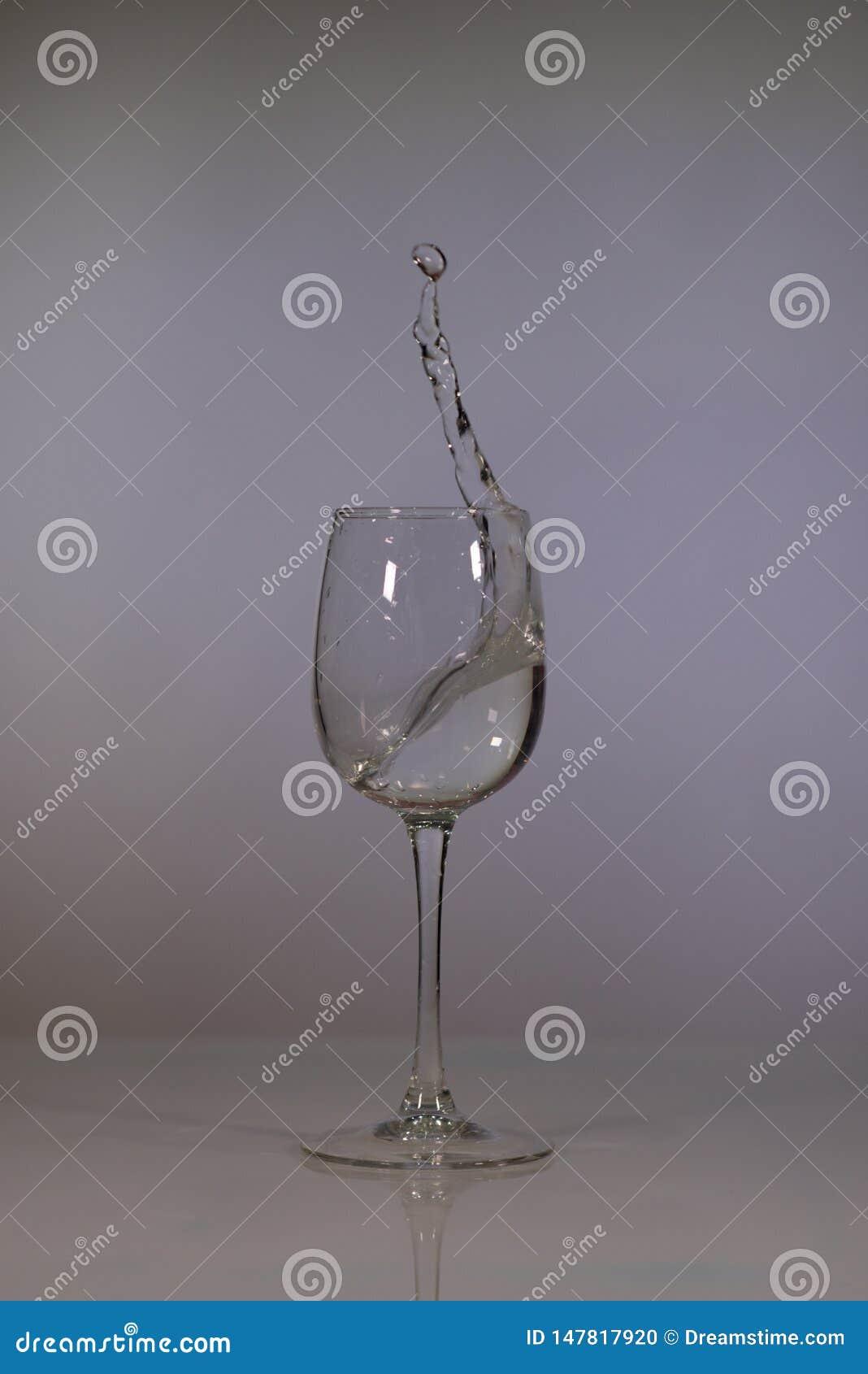 Verre de l eau sur un fond fonc? L eau claire dans un verre