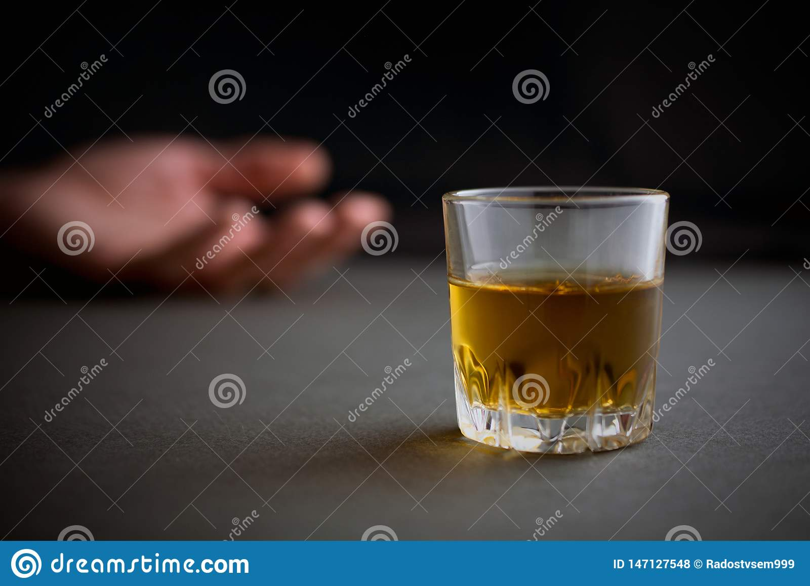 Verre de la boisson de whiskey ou de cognac ou d alcool, main d un homme ivre
