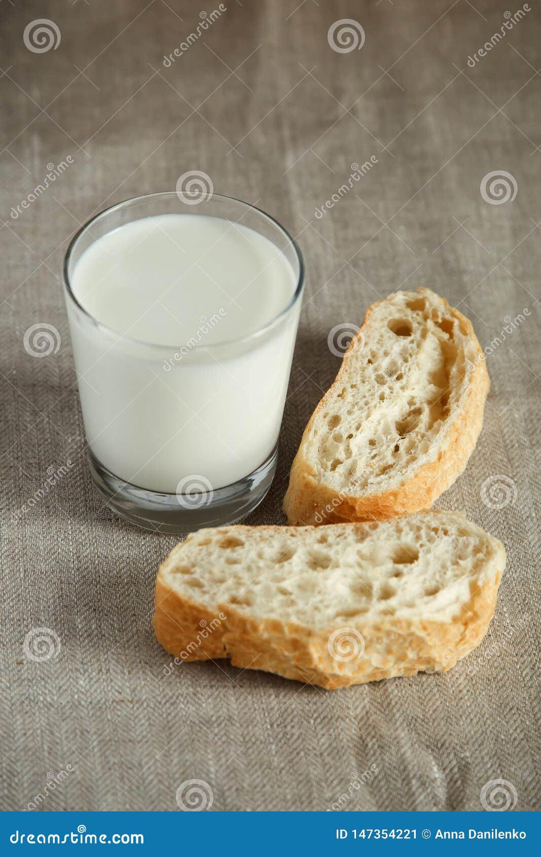 Verre de lait avec du pain frais