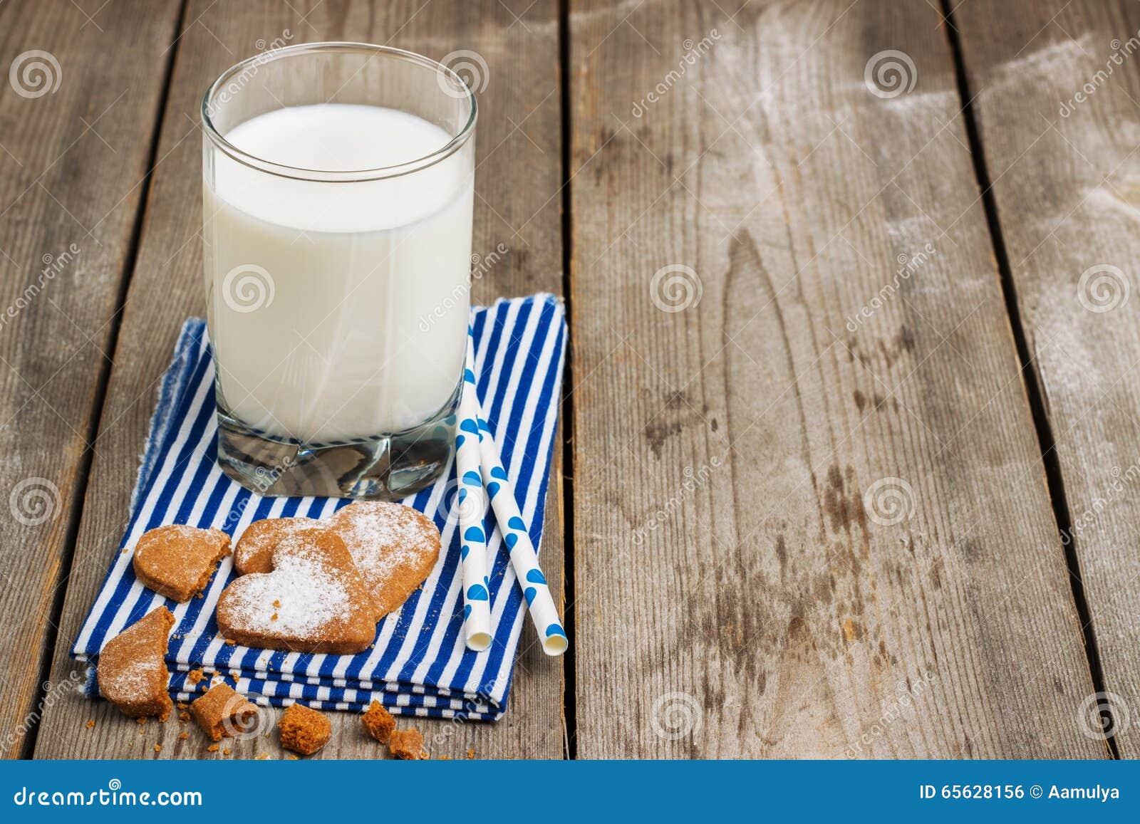 Verre de lait sur une table en bois rustique