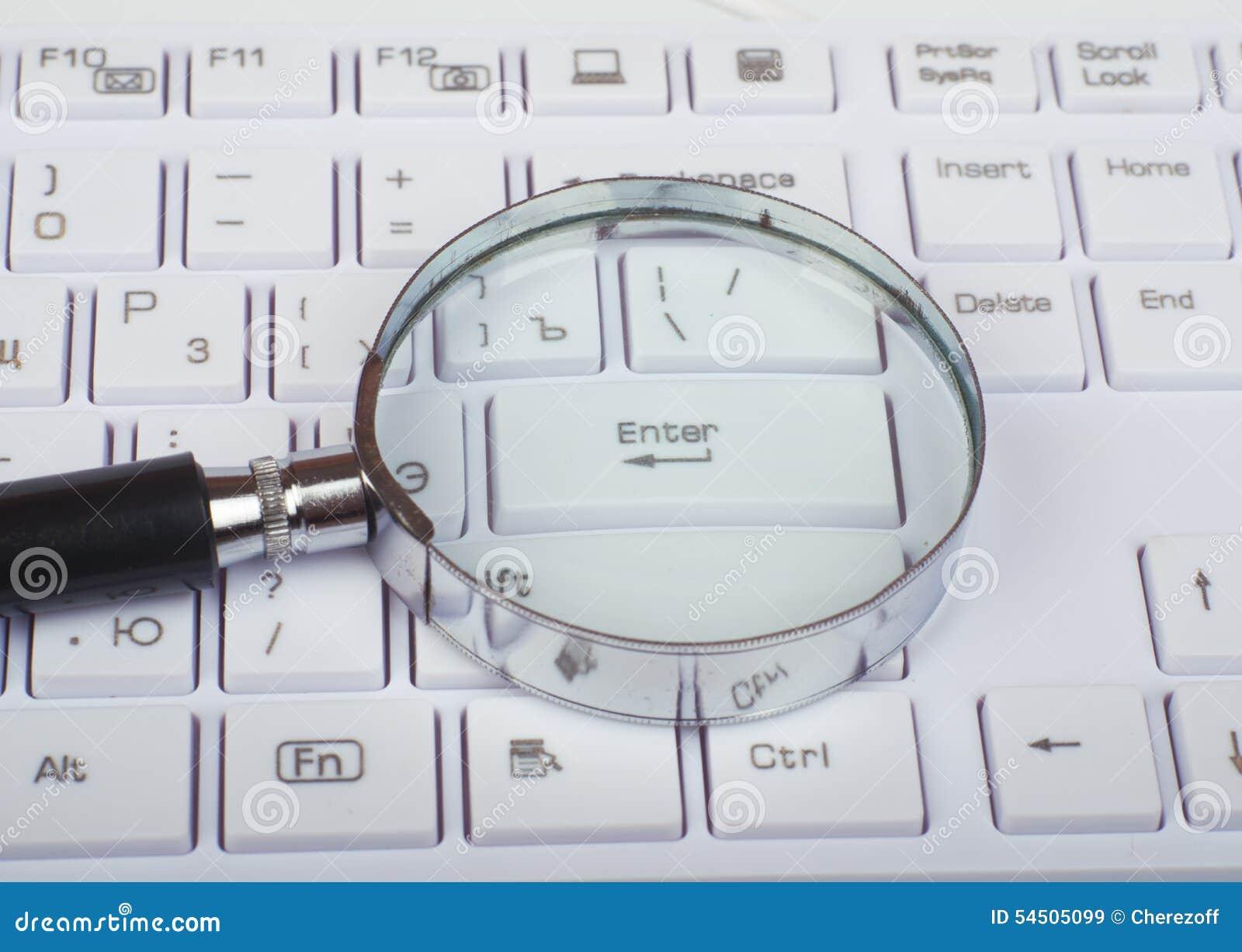 Verre de main sur le clavier
