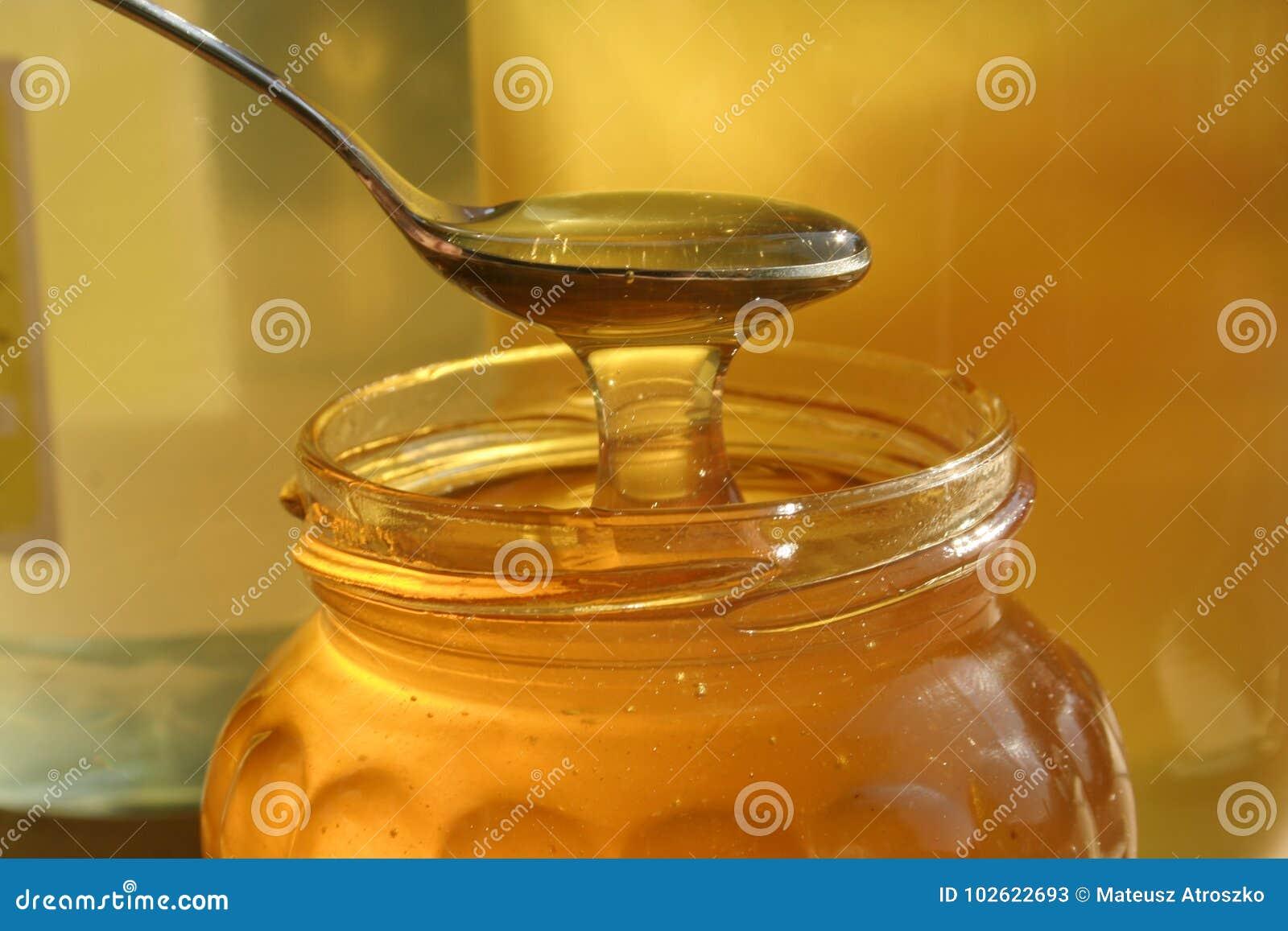Verre de miel liquide