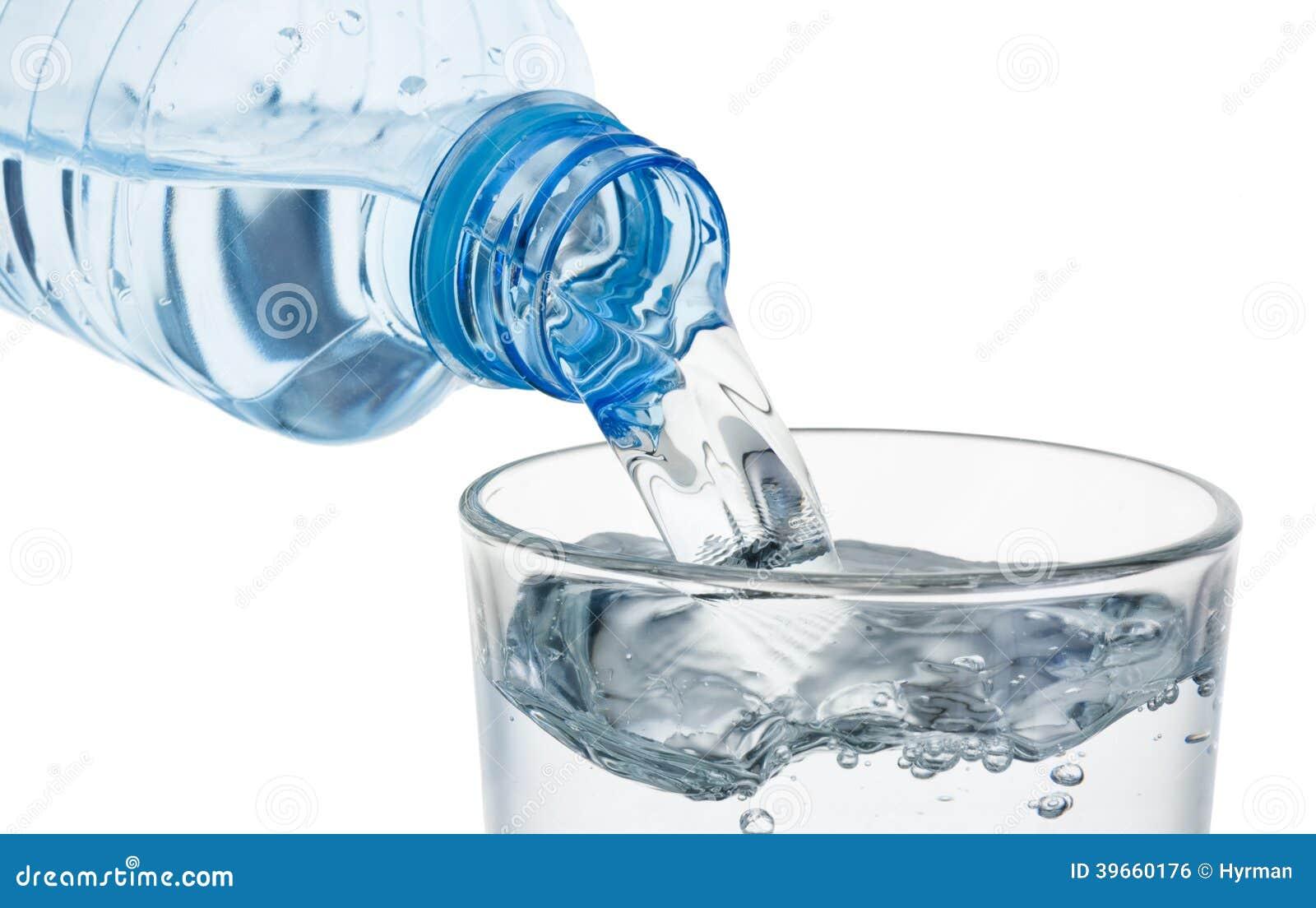 Verre de versement de l 39 eau d 39 une bouteille en plastique d 39 isolement photo stock image 39660176 - Bouteille d eau en verre ikea ...