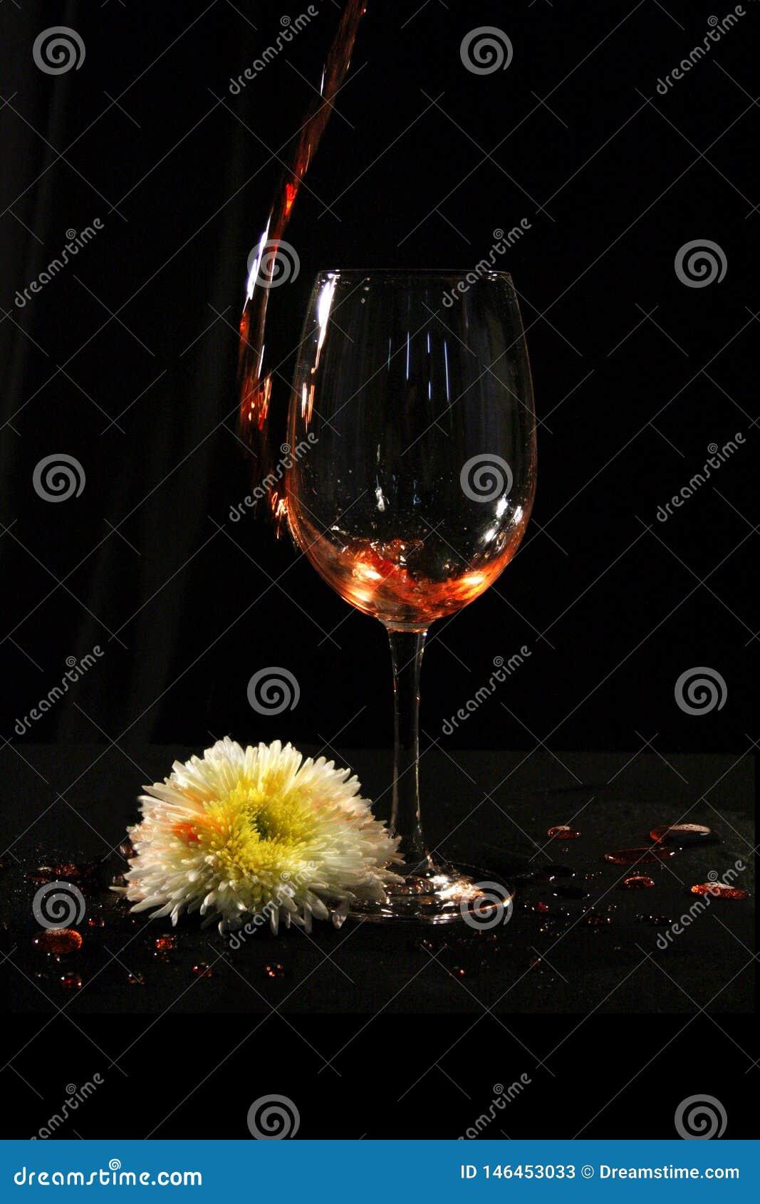 Verre de vin avec la fleur