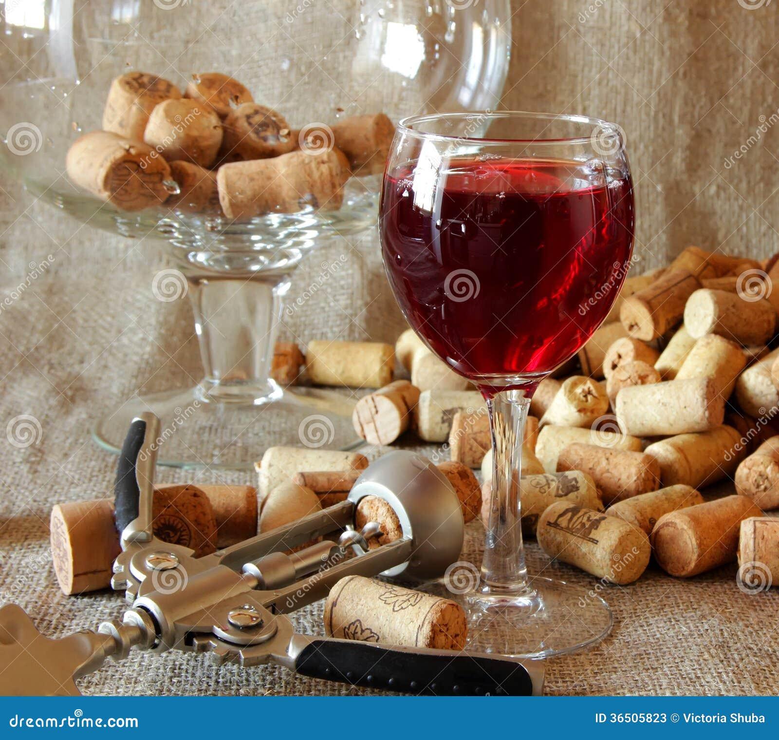 Verre de vin rouge, de tire-bouchon et de liège de vin sur la table