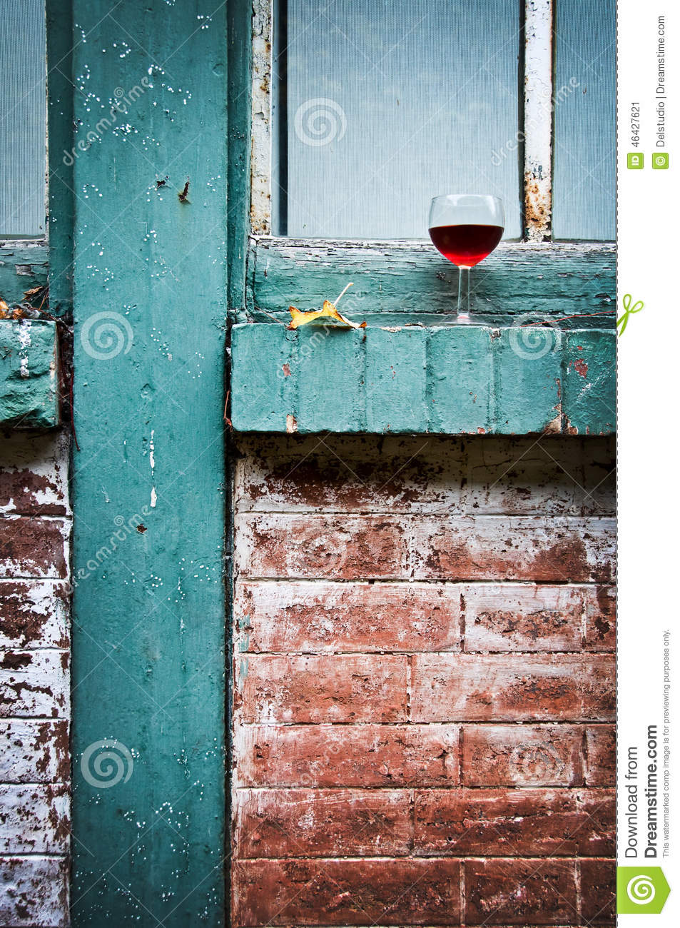 Verre de vin rouge fran ais pr s d 39 une fen tre photo stock for Verre de fenetre