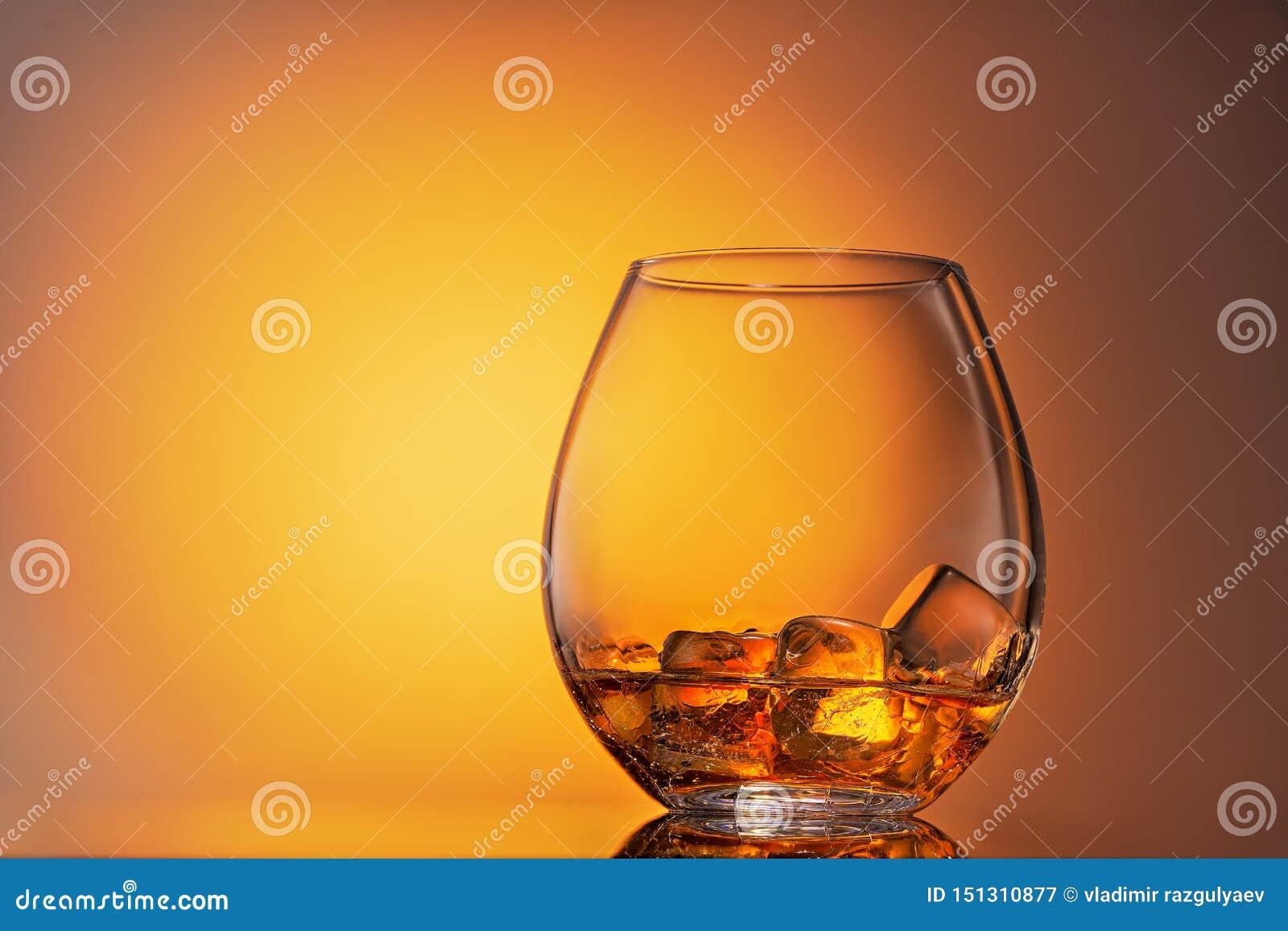 Verre de whisky ?cossais et de glace sur un fond blanc