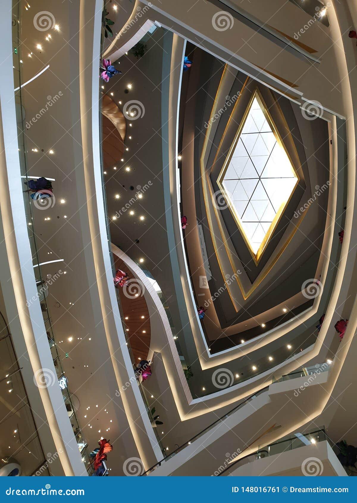 Verre en forme de diamant de plafond dans le mail