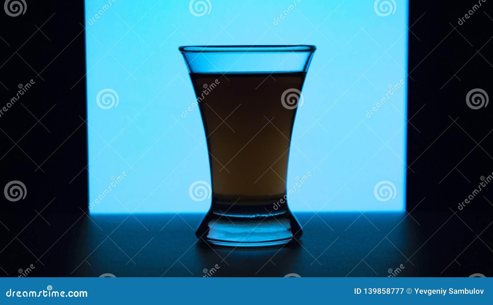 Verre ou stemware avec du vin d alcool, le whiskey, le genièvre, la bière, le rhum, la vodka, écossais, cognac, boisson alcoolisé