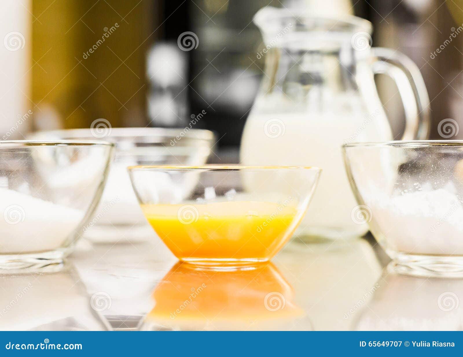 Verrerie avec des oeufs, sucre, farine Cruche vodoy Cuisine de Na Dans la boutique de confiserie