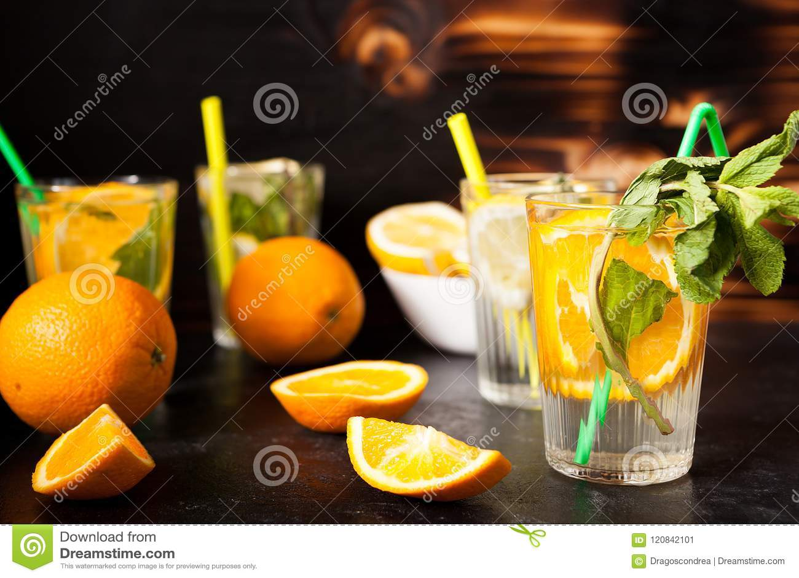 Verres avec l orangeade et la limonade