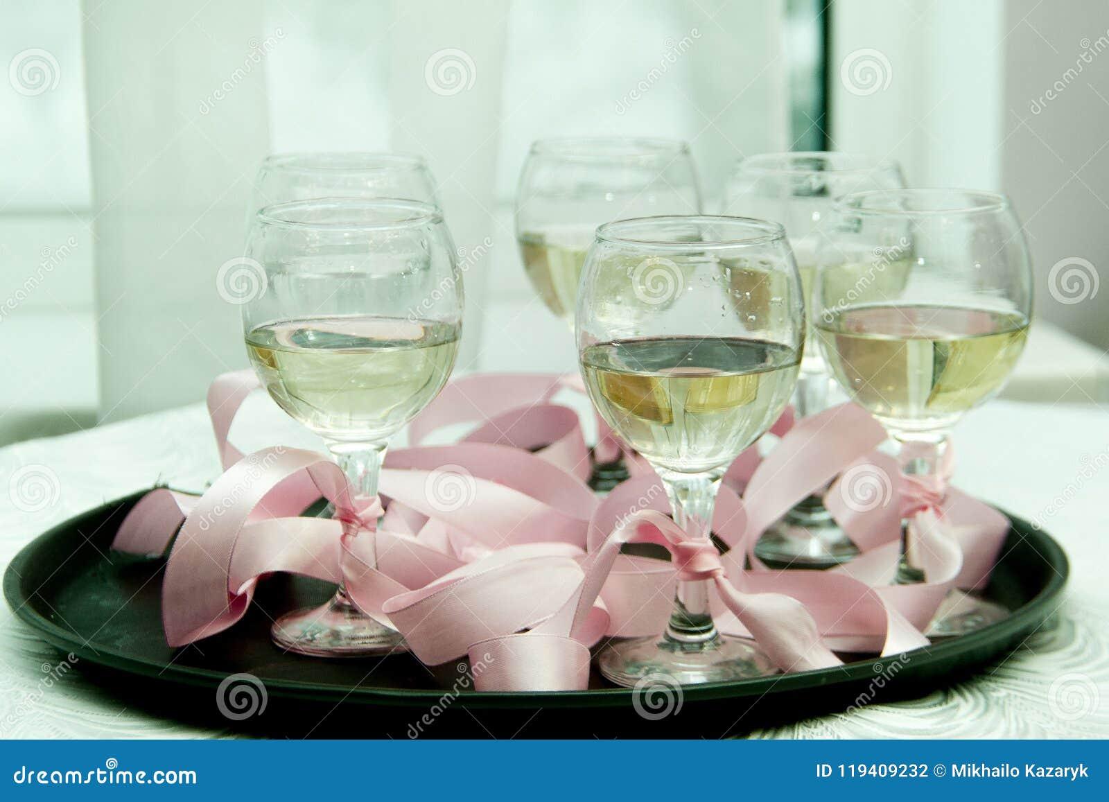 Verres avec le champagne sur un plateau