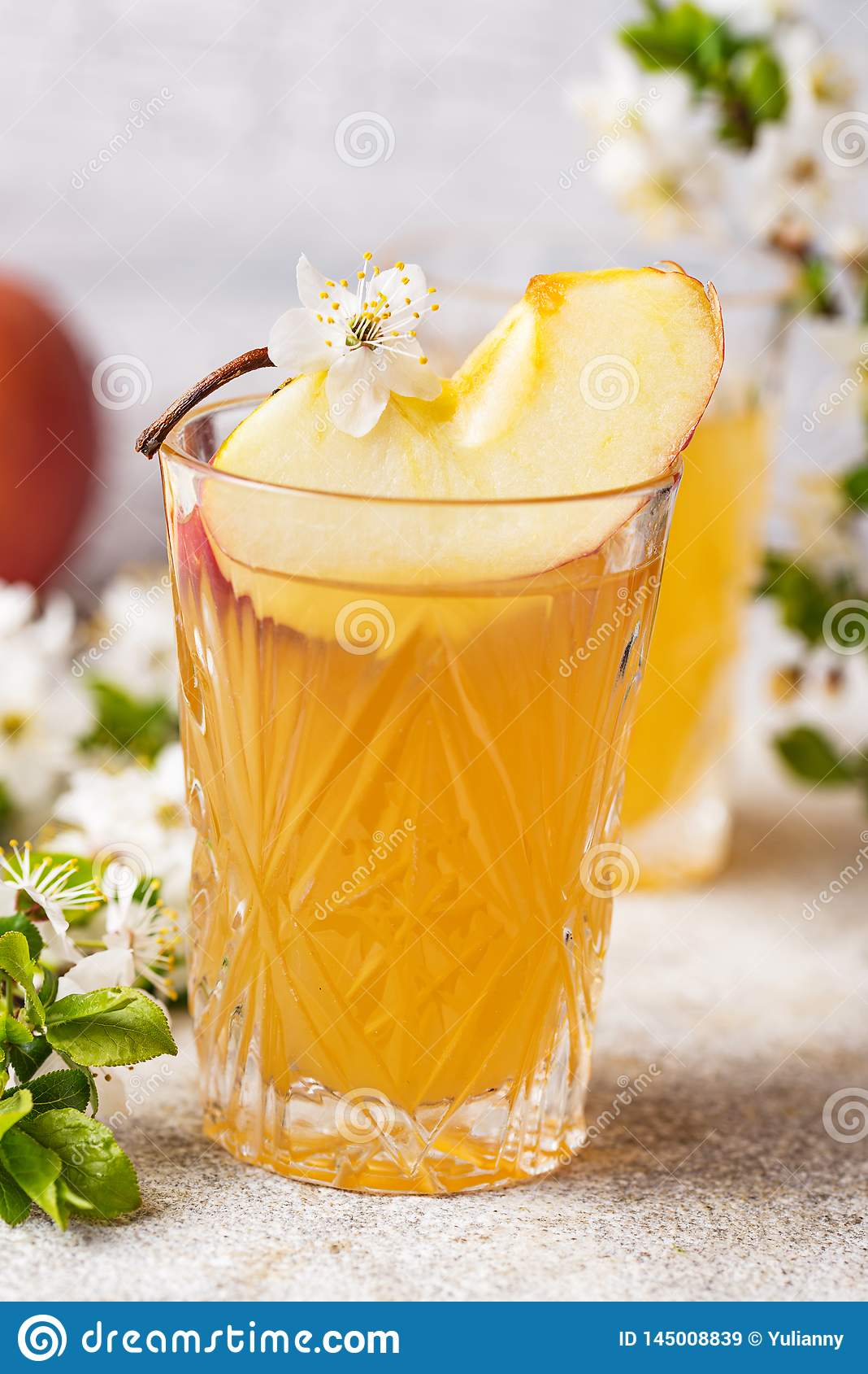 Verres avec le jus ou le cidre de pomme frais