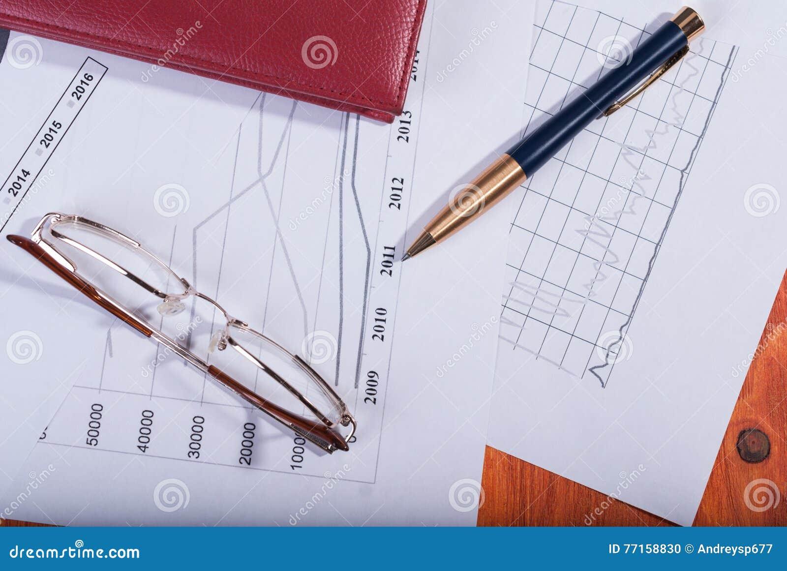 Verres, carnet et stylo de concept d affaires