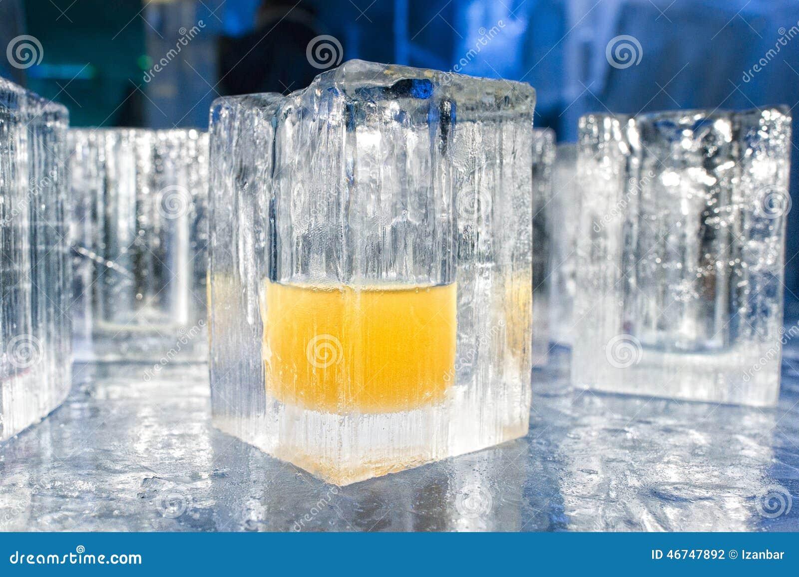 verres de blocs de glace dans un bar de bar du h tel de glace photo stock image 46747892. Black Bedroom Furniture Sets. Home Design Ideas