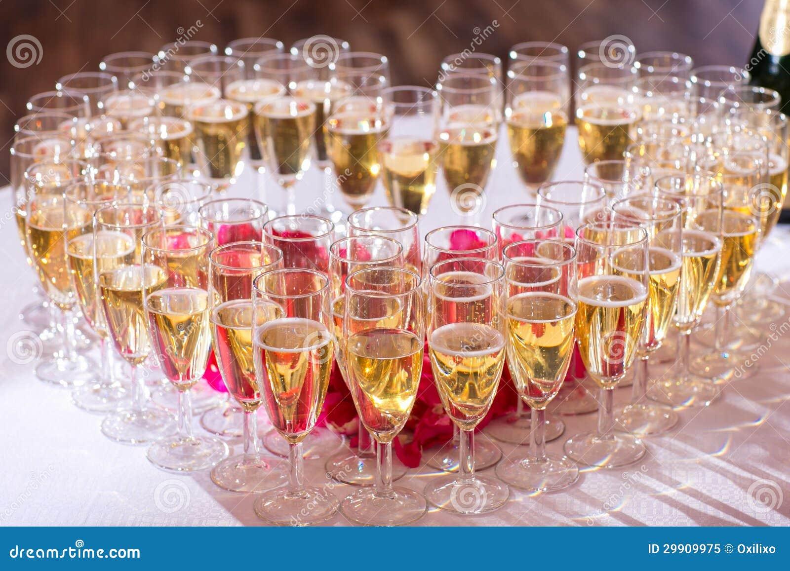 Verres de champagne sur la table de f te photo libre de droits image 29909975 - Ordre des verres sur la table ...