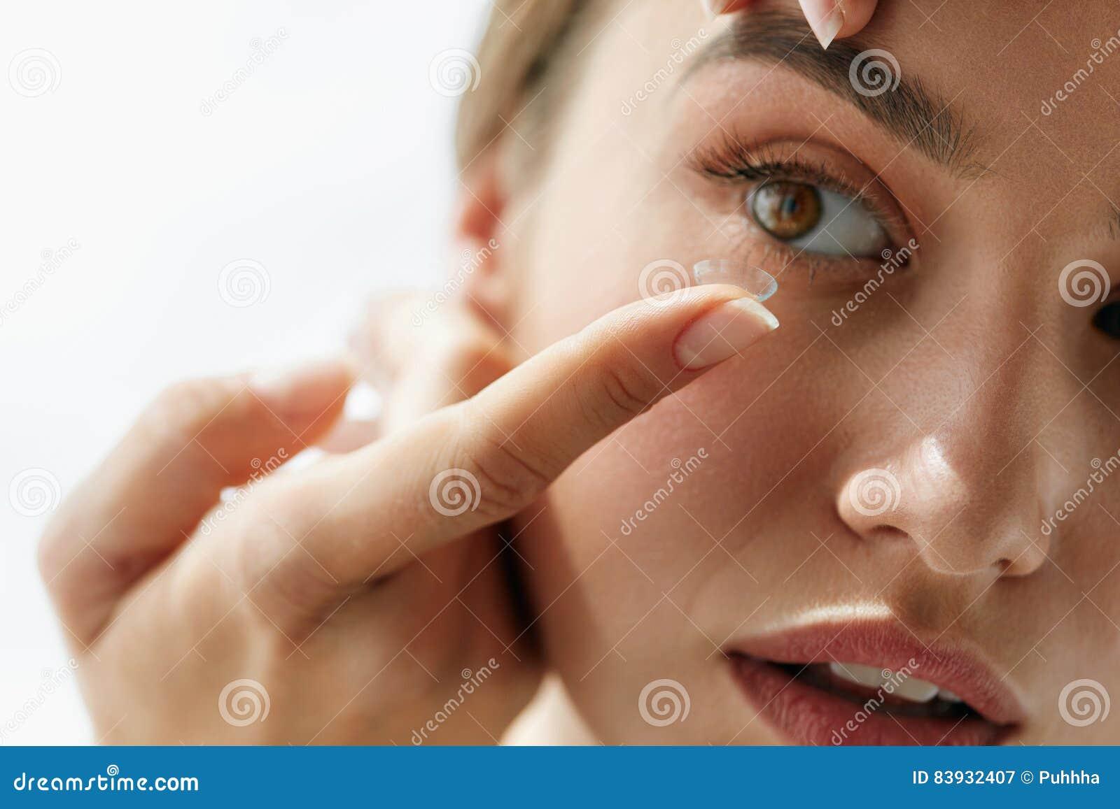 Verres de contact de vision Plan rapproché avec le beau visage de femme