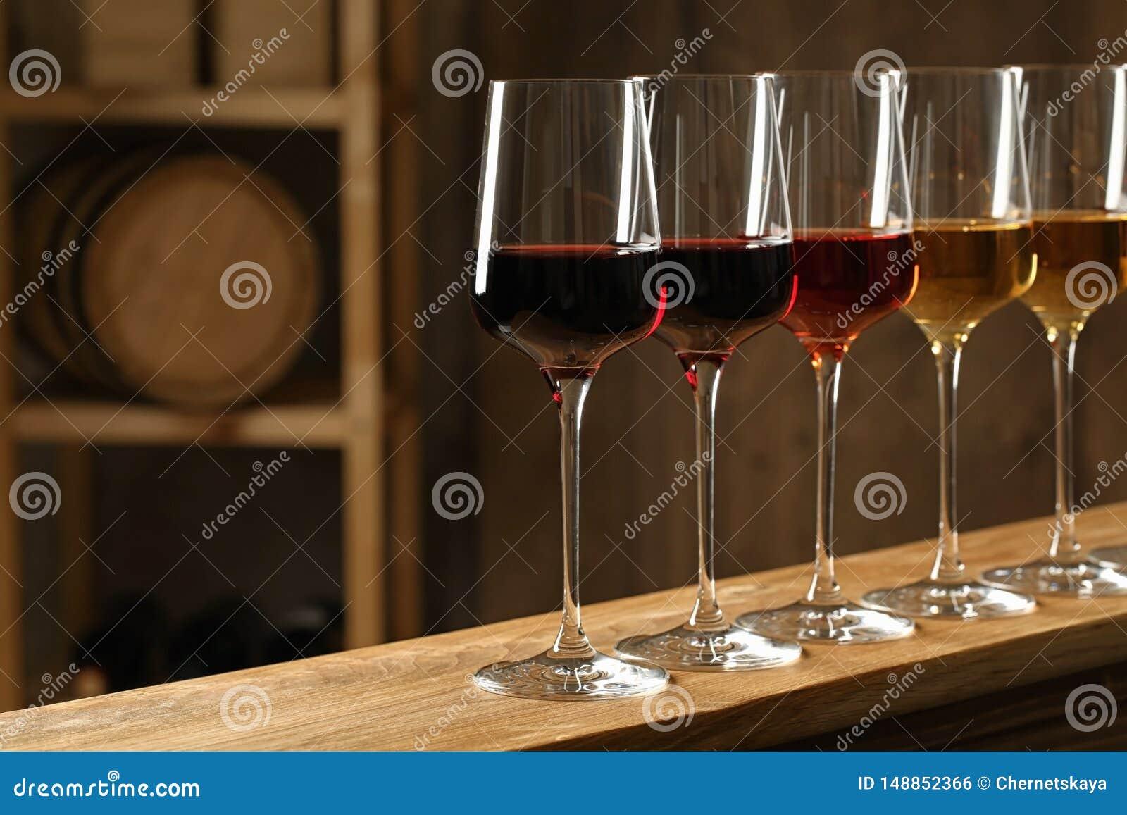 Verres de différents vins dans la cave Collection ch?re