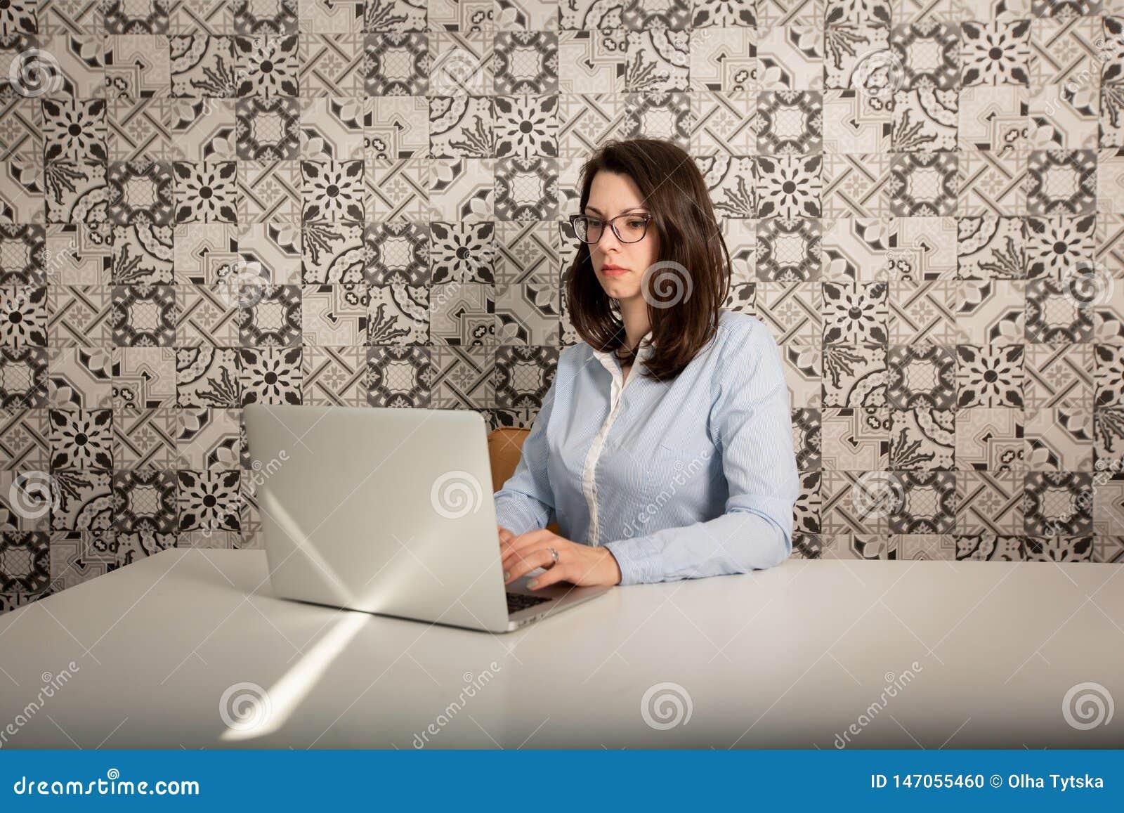 Verres de port de jeune femme d affaires se reposant ? son bureau ? l ordinateur, vue de profil dans le bureau