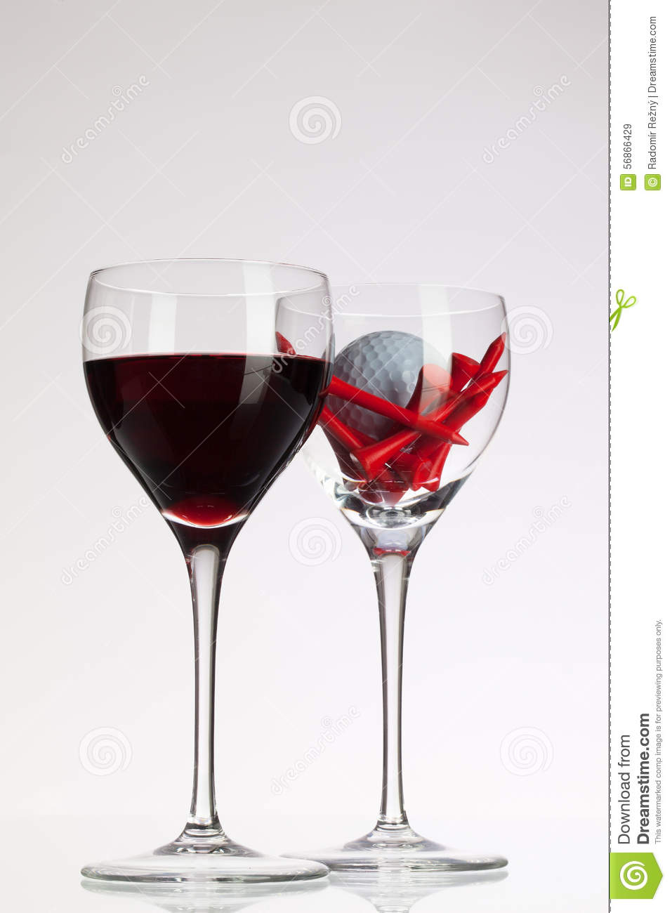 verres de vin avec le vin rouge et la boule de golf image stock image du restaurant passe. Black Bedroom Furniture Sets. Home Design Ideas