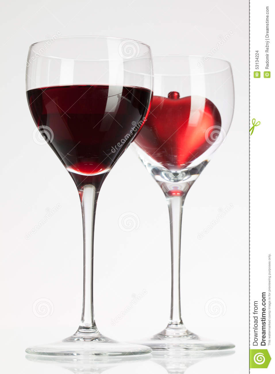 verres de vin avec le vin rouge et le coeur photo stock image du ouvert oenologie 53134224. Black Bedroom Furniture Sets. Home Design Ideas